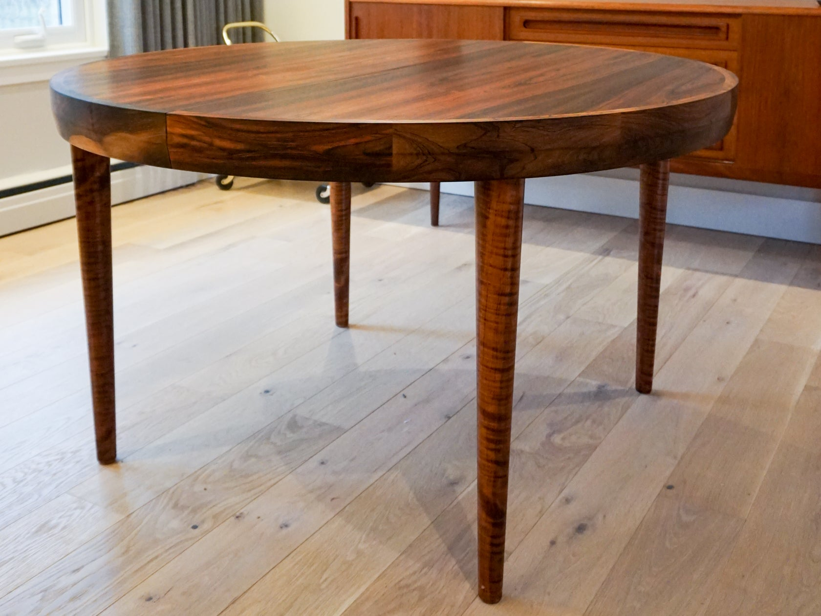Beautiful large vintage round rosewood extendable dining for Beautiful round dining tables
