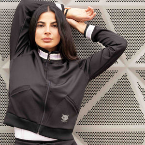 "Stylische Yoga Trainingsjacke ""Tiger"" in schwarz - Kamah Yoga and Style, Modelshot"