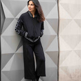 "Zipper Jacke aus recycletem Funktionsmaterial ""Pooja"" in schwarz - Kamah Yoga and Style, Modelshot"