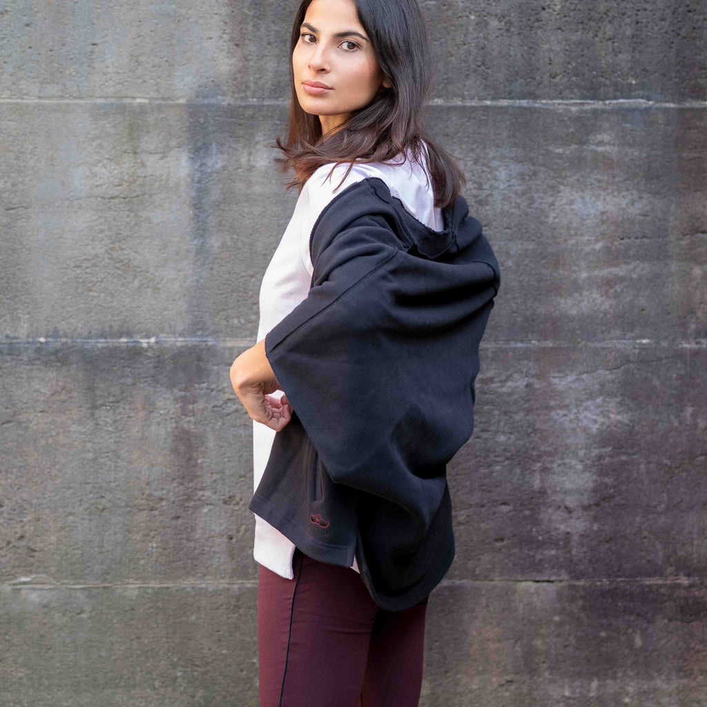 "Samtweicher Poncho ""Reese"" in charcoal - Yogajacke Damen - Kamah Yoga and Style  Alternativen Text bearbeiten, Modelshot"