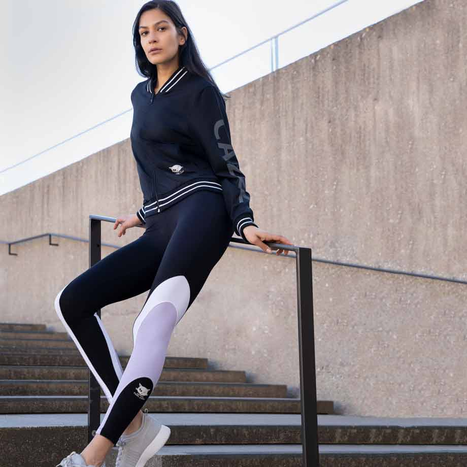 "Yoga Legging ""Sophie"", black/ pale violet/ white - Stylische Yogatights mit Colour Blocking - Kamah Yoga and Style, Modelfoto"