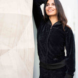 "Zipper Jacke aus Samt ""Tien"" in charcoal - Kamah Yoga and Style, Modelshot"