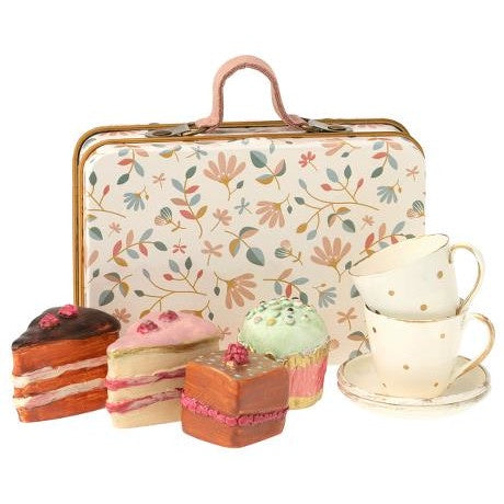 Cake Set in a Suitcase