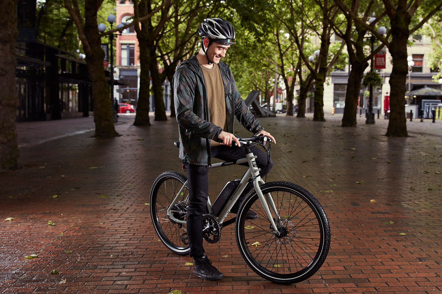 Person in city park with grey RadMission e-bike