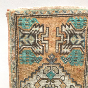 This vintage Yastik is a great neutral with subtle blue and green accents. Great for entryways, bathrooms, kitchens and layering. 1'6x3'1