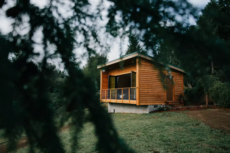 5 Tiny Weekend Getaway Houses on Airbnb for You to Fall Back into Autumn