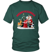 MerryKissmas Santa And Mrs. Claus Kissing Unisex T-Shirt green