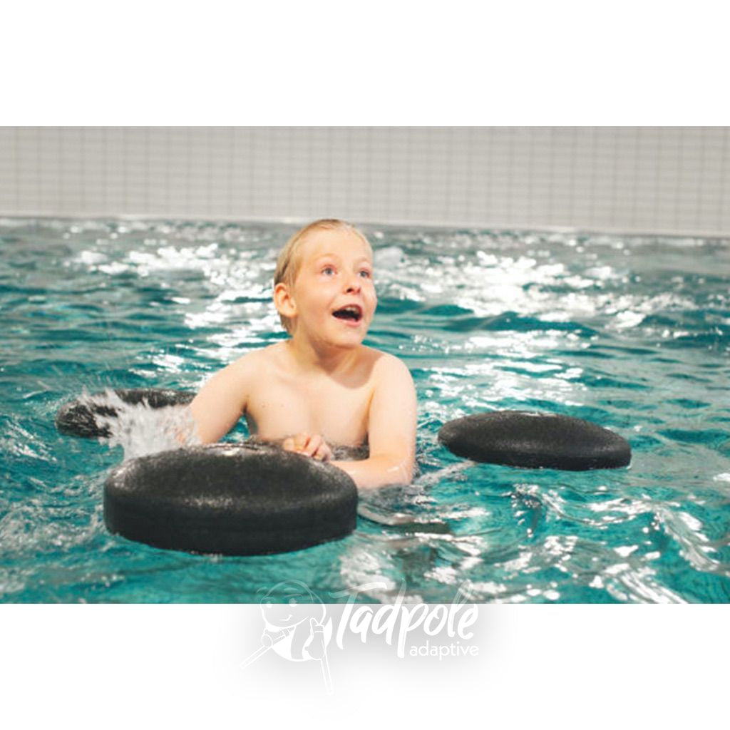 Boy in pool, properly supported with The Pirat Floating Aid by Krabat.