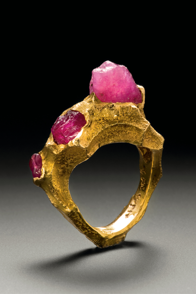 Højre: A cire perdue gold ring from jewellery designer Arje Griegst's Wave series made from 21k gold embedded with three raw rubies that increase in size left to right, it was designed between 1991-1995. Photography by Piotr Topperzer