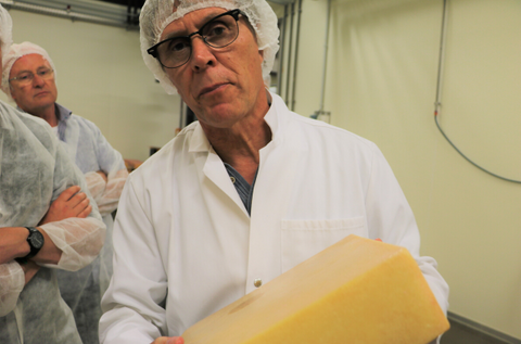 Last inspection of the cheese by cheese maker Christian Oberli