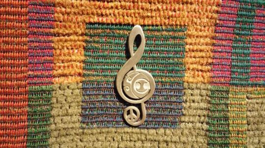 SCI Peace Sign Through Music Treble Cleff Blue Grass Jam Band Lapel Hat Pin