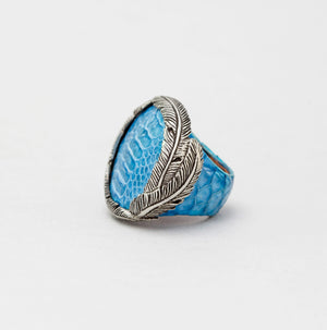 EXOTIC SKIN RING IN TURQUOISE WITH WHITE BRASS FEATHER CROWN