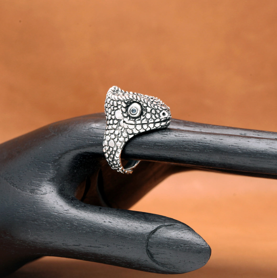 CHAMELEON RING WITH SAPPHIRE EYED