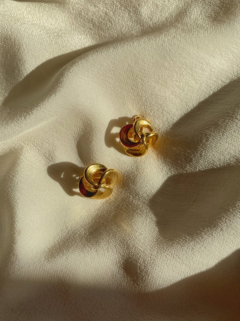 Vintage goldtone flower shape clip earrings