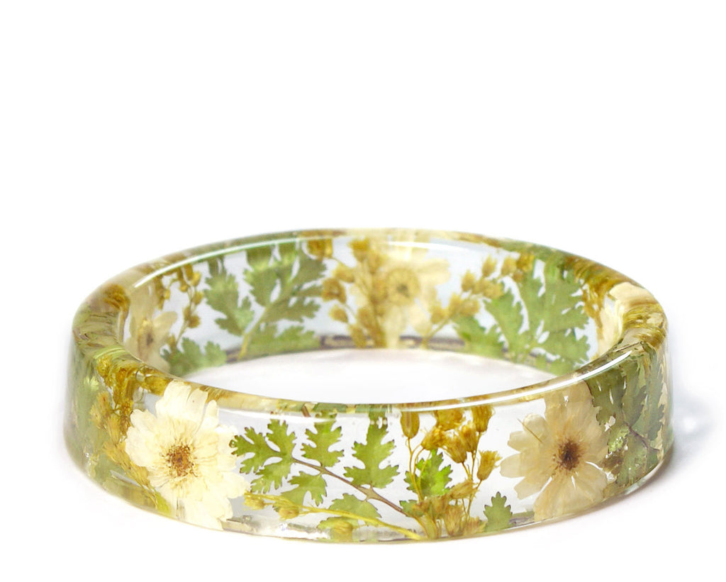 Sport A Symbol Of Good Cheer By Wearing A Daisy Flower Resin Bracelet