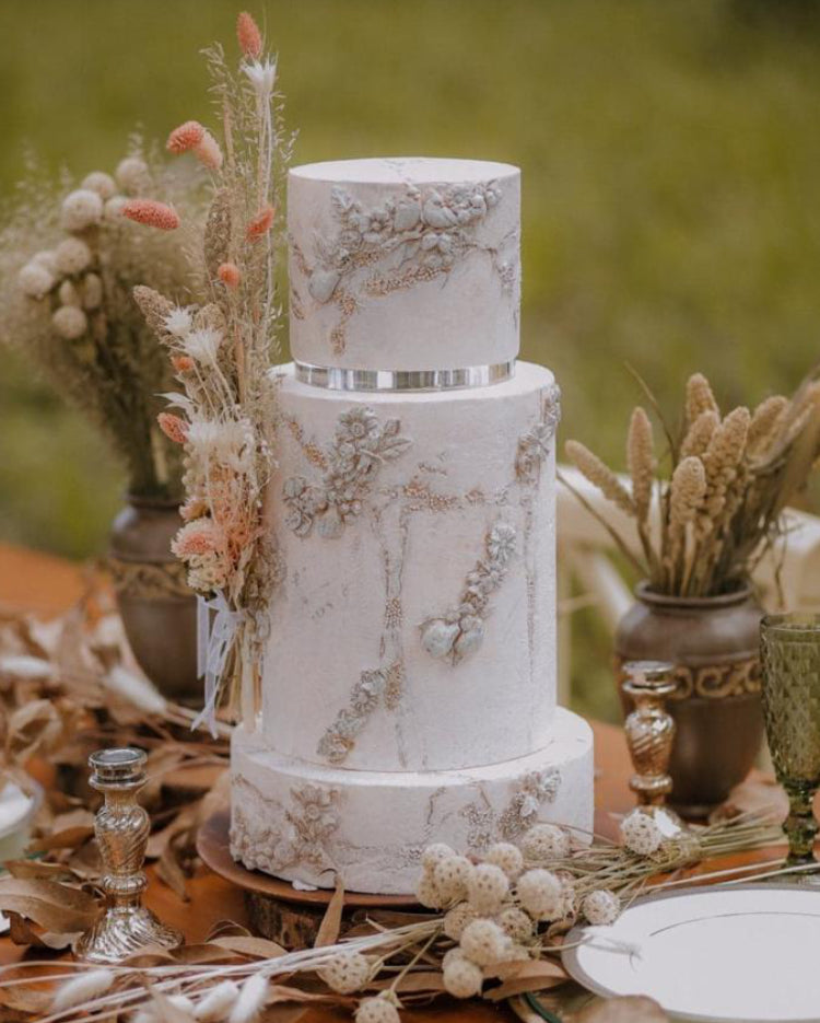 Stunning autumn themed cake using Prop Options ultra-polished acrylic cake separators - dried flowers table display
