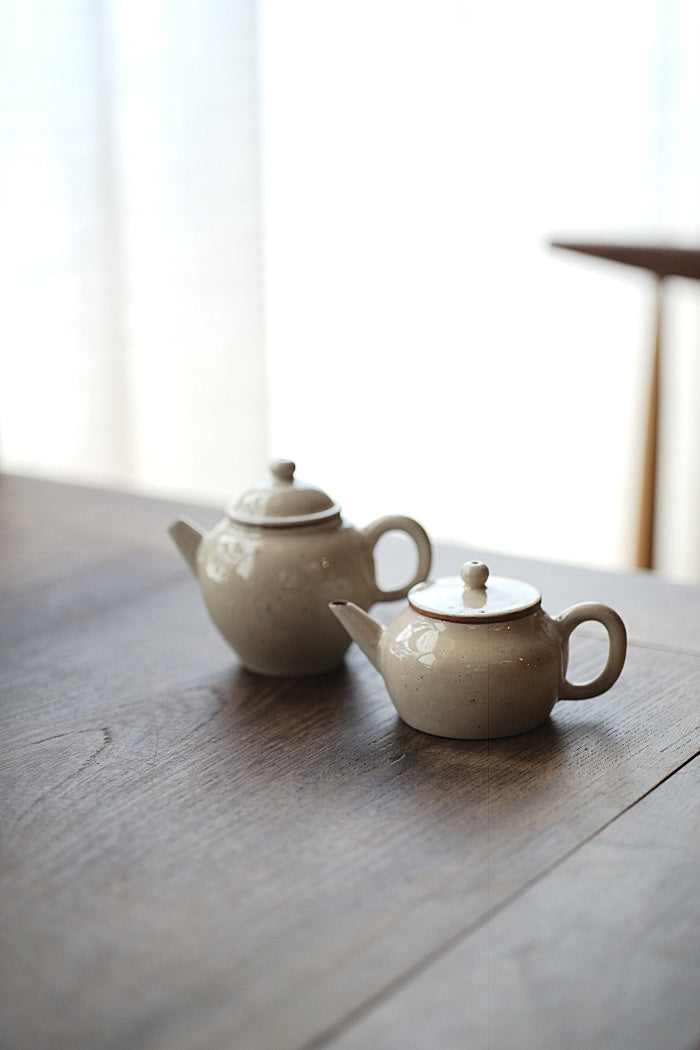 Short brushed powder-glazed teapot