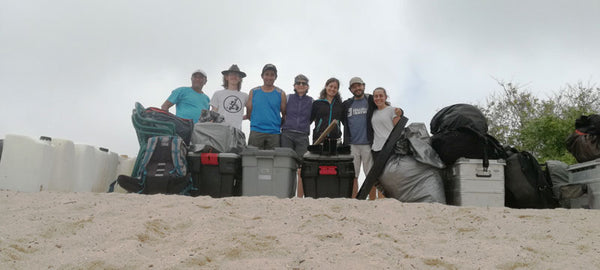 The team on the Manzanillo beach with all the equipment. Photo: Irene Peña, CDF