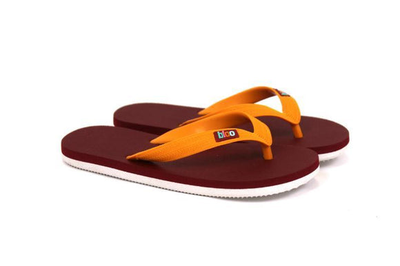 Une paire de tongs bordeaux et orange