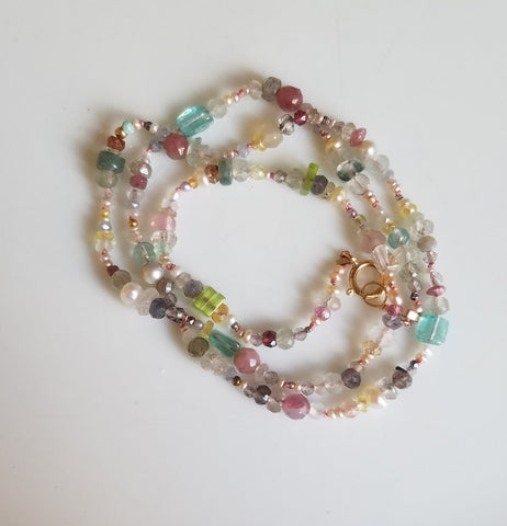 Cheerful string of gems necklace
