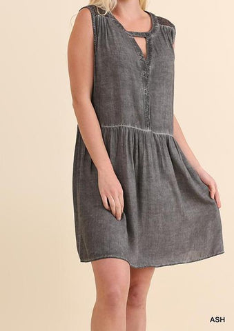 Beautiful Women's Plus, Washed Sleeveless Dress with Button Up Front and Key Hole with Lace Back Detail, looks great with sandals and is perfect for summer!  XL: 11/12  1X: 13/14  2X: 15/16