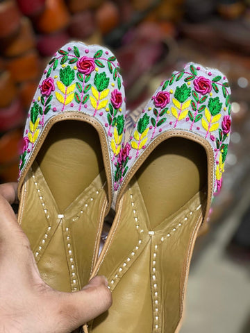 Hand embroidered pure leather jutti