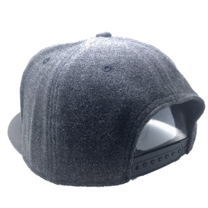 TILTED FELTED HAT IN GREY