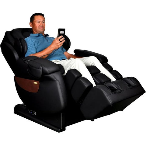 Man sitting in Luraco i7 Plus reclined.