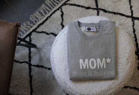 Sweater | MOM* | Master Of Multitasking | Grijs