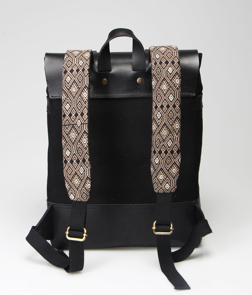 black trendy backpack. Handmade in leather. Fair trade ryggsäck, rättvis handel, Handgjorda ryggsäck.