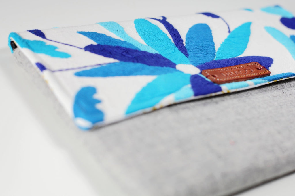 Blues Otomi clutch. Handmade by artisans. Fair trade. rättvis handel. 100% Handgjorda i Mexico.