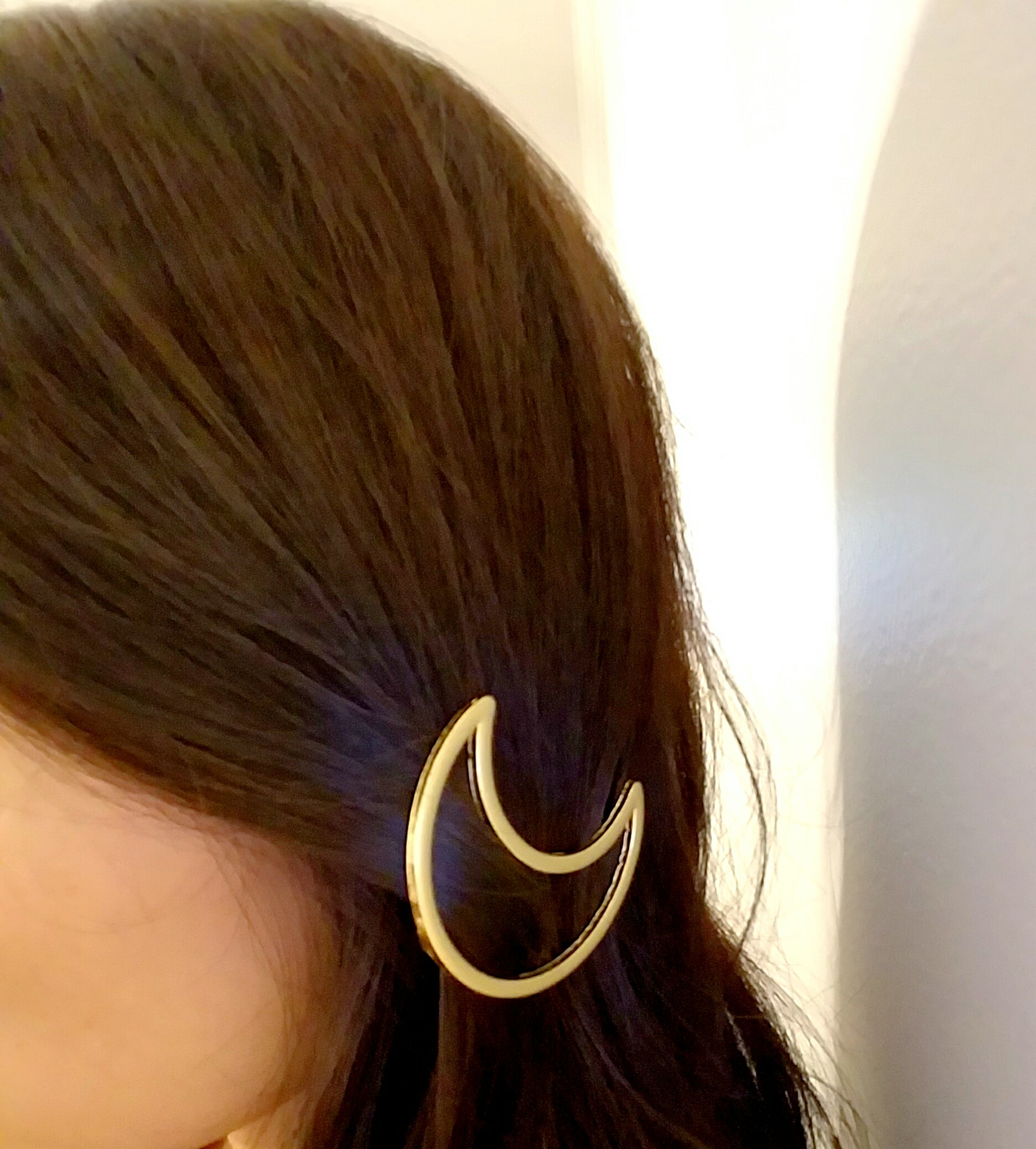 stylish minimal hair clip, curved metal hair clip, hair pin trend, wearing hair pin trend, pretty moon pin, lunar hair pin, lunar moon hair clip, lunar year hair pin gift, lunar new year gifts, moon lover gift idea, gold barrette, christmas gift ideas for women, top hair accessories, trending hair clips, gold metal pins for women, how to use fun hair clips, pash jewels, pashjewels