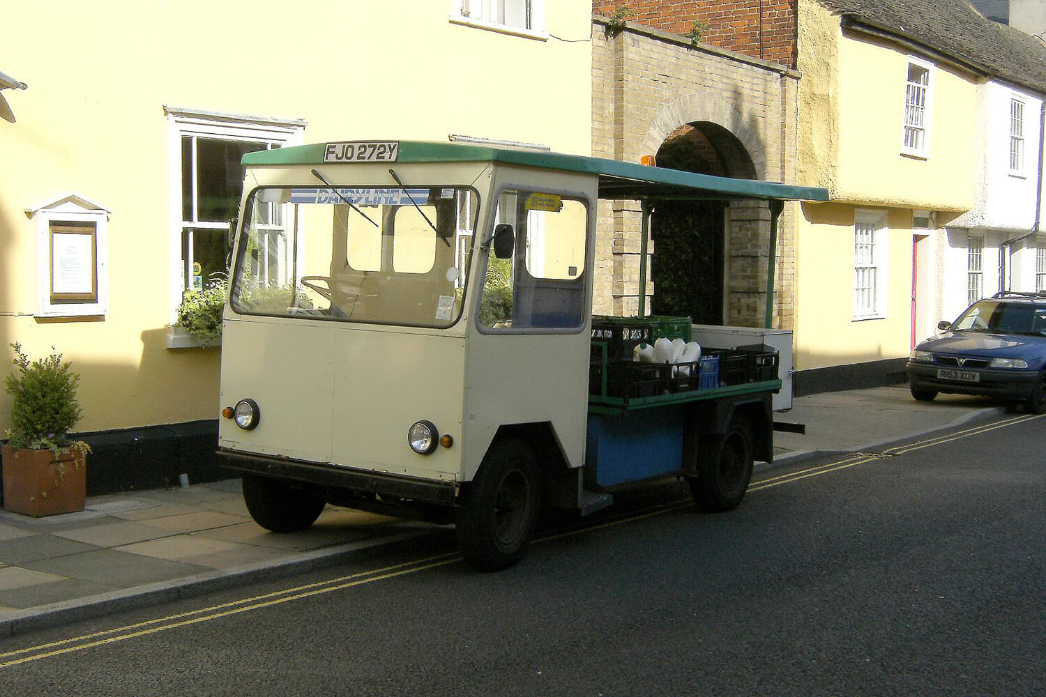 Vintage electric milk float / Flickr, Martin Pittett