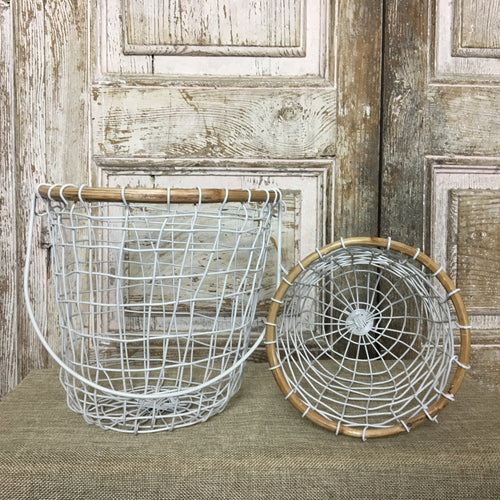 Basket in metal wire and bamboo