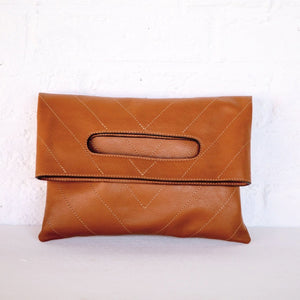 POCHETTE CHEVRON CUIR LISSE TABAC / TOBACCO SOFT LEATHER HERRINGBONE CLUTCH BAG