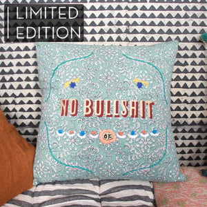 "Coussin Jamini vert message imprimé au tampon ""no bullshit"" - Green Jamini cushion with blockprinted ""no bullshit"" message"