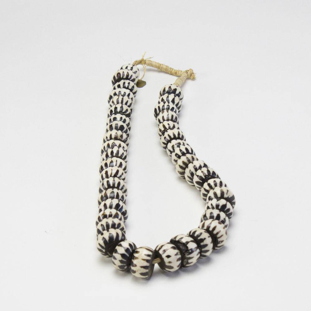 ARKA Living Malibu black and white necklace ball