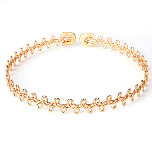 The subtle twisted loop design of this choker is simple, chic and cute. gold