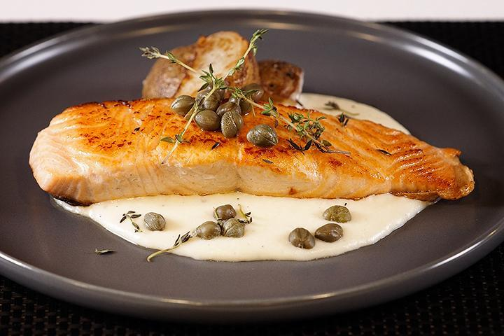 【Recipe】 Grilled Salmon on Creamy Alfredo Sauce