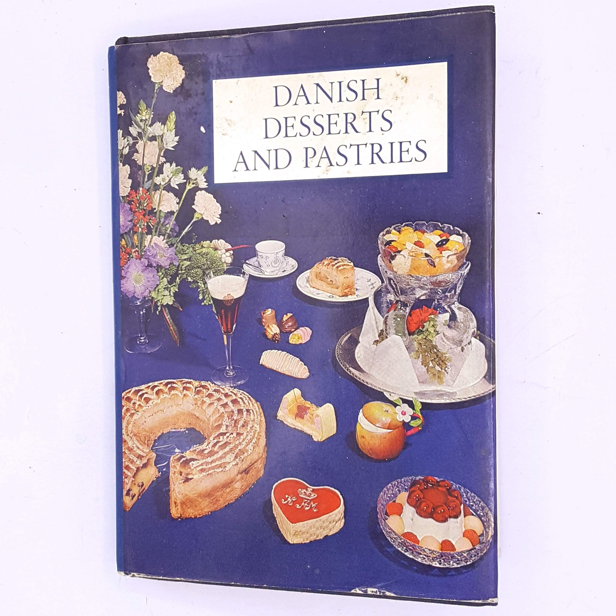 old-antique-decorative-country-house-library-patterned-books-for-foodie-breakfast-lunch-dinner-food-meals-cooking-baking-cook-bake- thrift-cookbook-classic-cookbooks-recipes-vintage-Danish-Desserts-and-Pastries-by-G.L.-Wennberg-