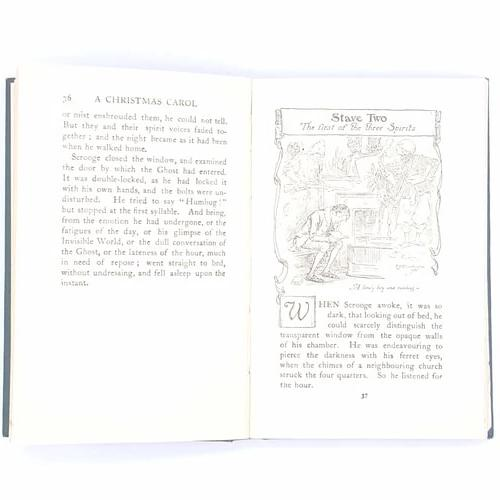 country-house-library-christmas-gifts- illustrated-christmas-carol-charles-dickens-vintage-thrift-classic-books-gifts-decorative-patterned-xmas-december-christmas-noel-antique-old-festive-