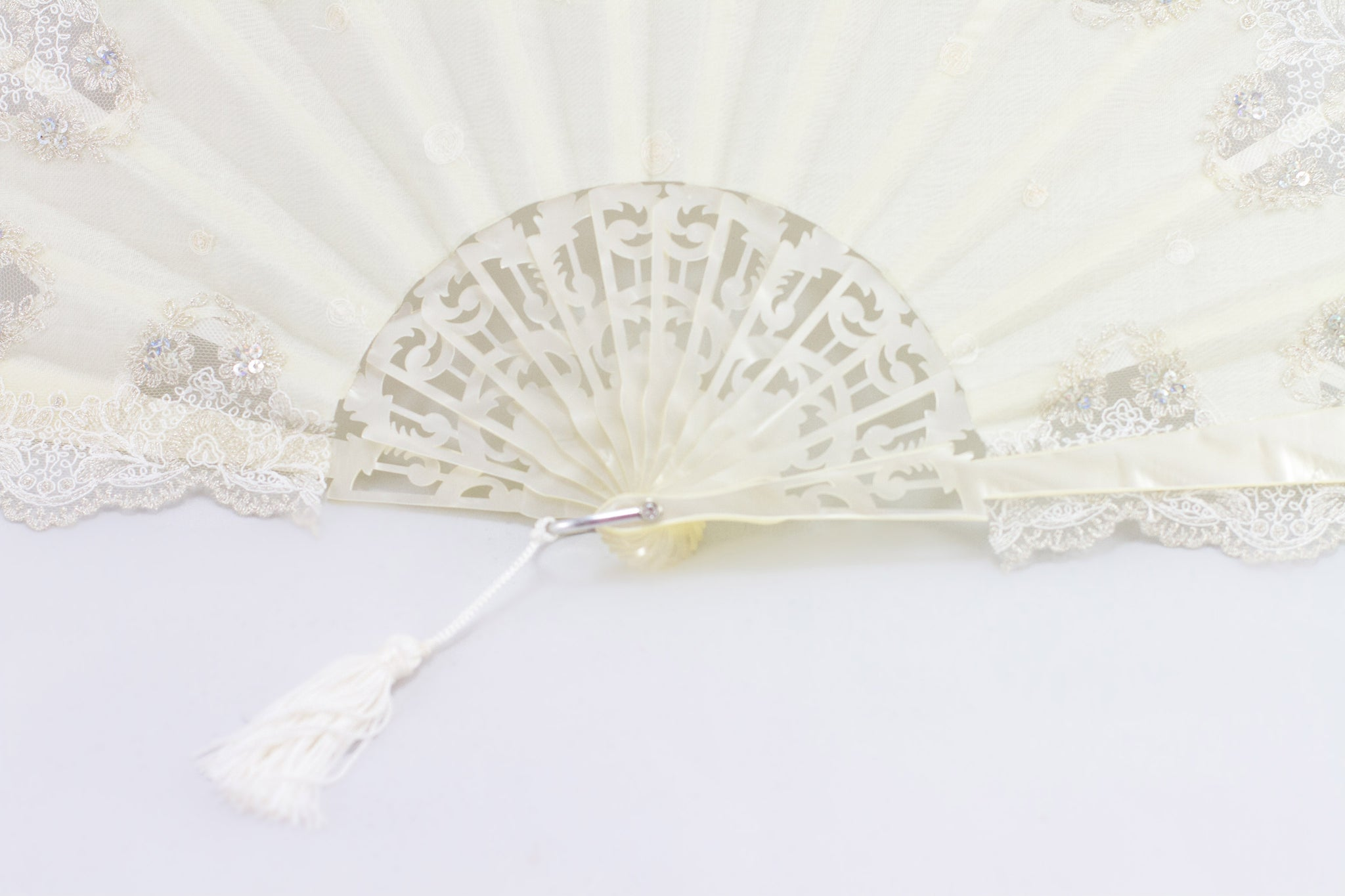 Savannah - Exquisite cream and silver luxury hand fan - close up