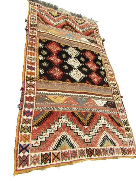 Moroccan Rug between the rationing of the sector and the random management