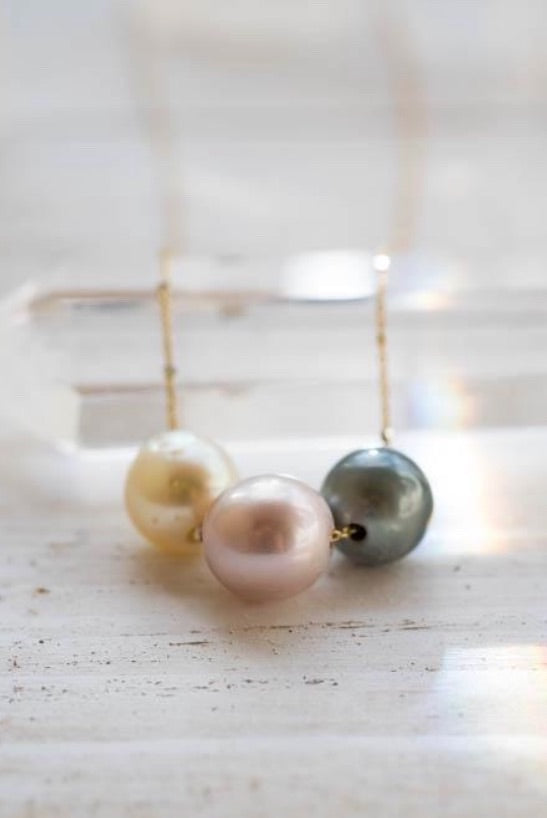 RAINBOW FLOATING PEARL NECKLACE