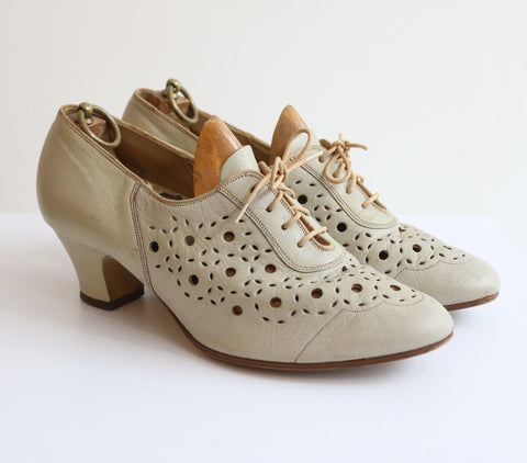 Vintage 1950's lace up brogues vintage 1950's leather cut out brogues 1950's cream leather cut away heeled brogues lace up shoes UK 6
