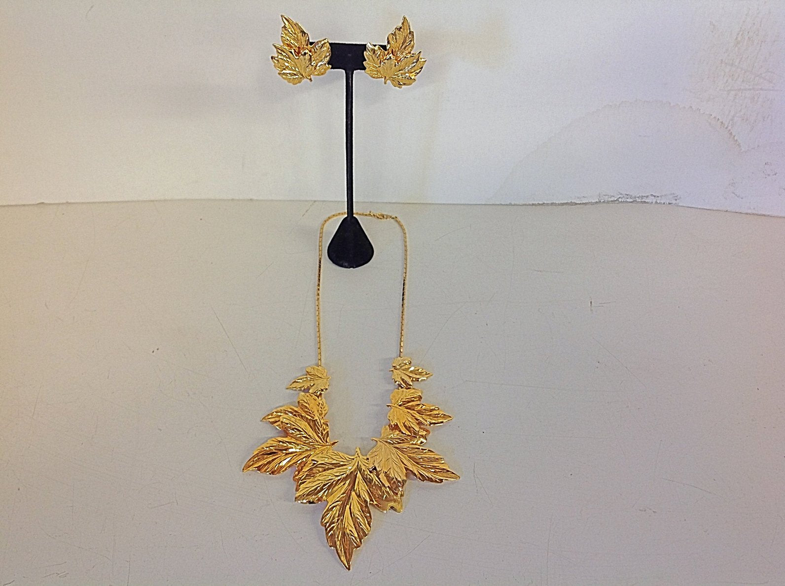 Vintage 3 Piece Set Goldtone Leaf Necklace and Clip On Earrings