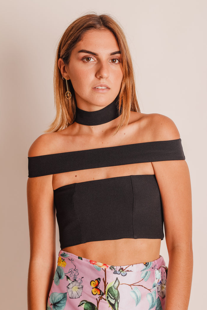 TOP CON BANDA OFF SHOULDER Y CHOKER