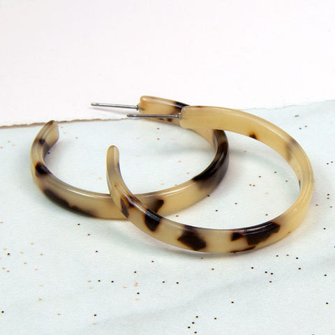 Acrylic lightweight hoop earrings in a dark and taupe mix finish.