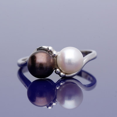 9ct White Gold White & Black Cultured Pearl Twist Ring