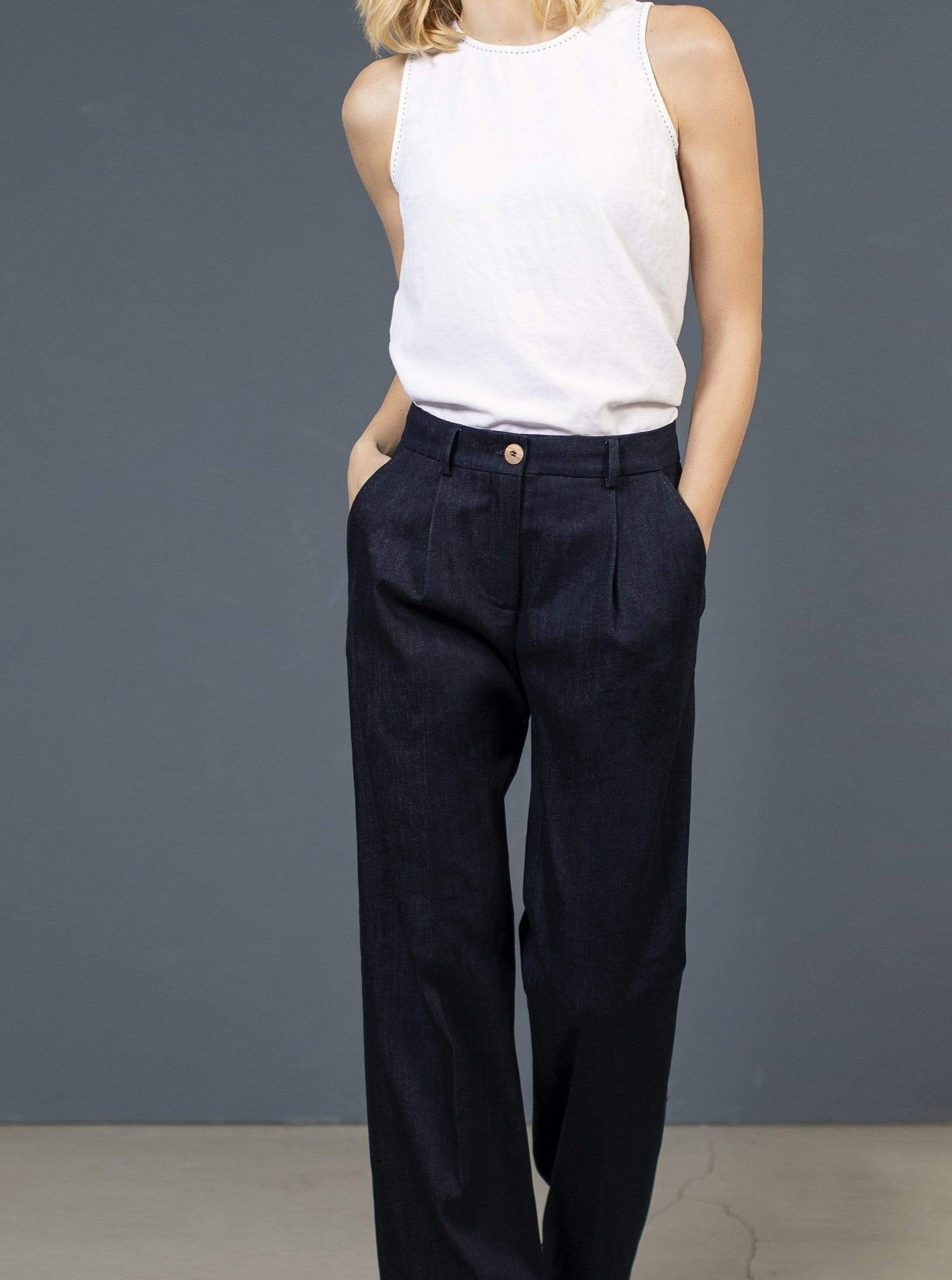 le pantalon de costume bleu AMAL Pants. Coton organique. mode durable mode éthique